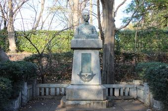 フォール大佐の像