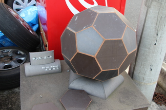 瓦でできたサッカーボール
