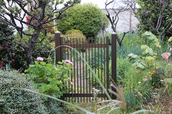 門の先は庭だけ