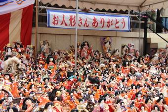 沢山の人形が集まる風景